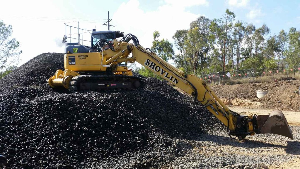 Komatsu pc128 fitted with engcon tilt rotator and mud bucket